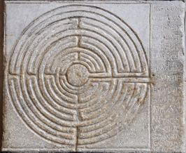 The maze and the accompanying inscription from the Cathedral at Lucca (Image via Wikimedia).