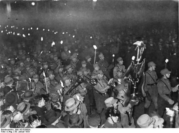 Bundesarchiv_Bild_102-02985A_Berlin_Fackelzug_zur_Machtergreifung_Hitlers