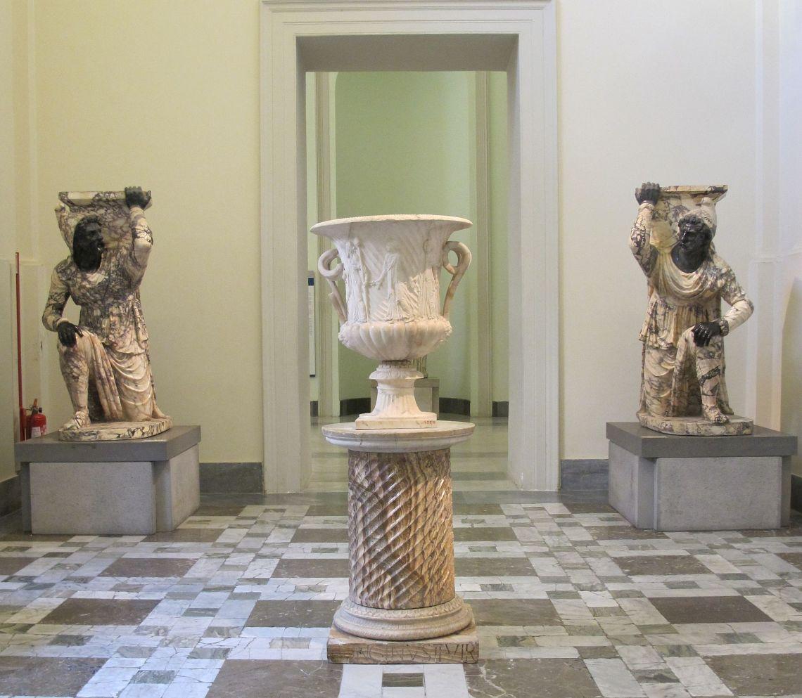 Napoli,_museo_archeologico_-_Persiani_ingonocchiati_(cropped)
